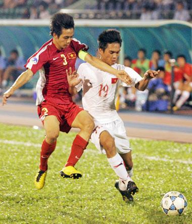 Thủ quân Văn Quyết (đỏ) lập cúp đúp trong chiến thắng 3-1 của U19 Việt Nam. Ảnh: An Nhơn.