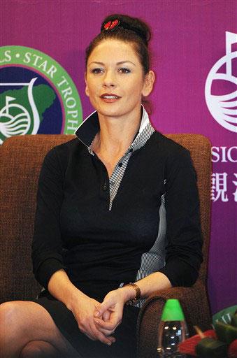 Sắc đẹp và sự quyến rũ của Zeta-Jones khiến các tay golf nam ngất ngây. Ảnh: AFP.