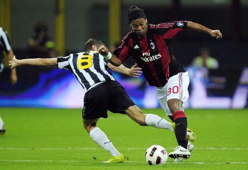 Nỗ lực của Ronaldinho (áo đỏ đen) ở Milan được HLV Menezes trân trọng. Ảnh: AFP.