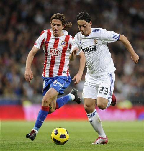 Tiền vệ Ozil tranh bóng với Valera của Atletico.