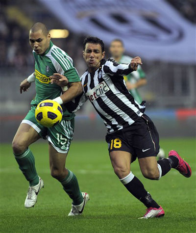 Juventus (áo trắng đen) vẫn thể hiện được bản lĩnh của một ông lớn. Ảnh: AFP.