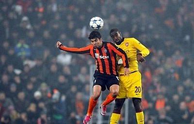 Eduardo (bên trái) trong trận đấu với Arsenal giữa tuần trước.