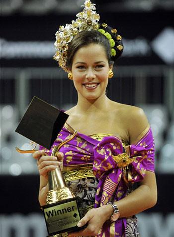 Ana Ivanovic nhận phần thưởng chiến thắng. Ảnh: AFP.