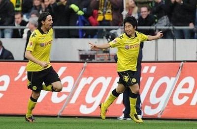 Kagawa và Subotic (bên trái) chia vui sau pha mở tỷ số của Dortmund.