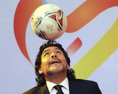 Maradona trình diễn với bóng.