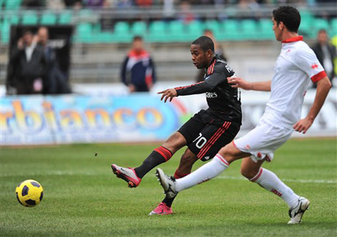 Milan lẽ ra có thể thắng đậm hơn nếu những Robinho, Ibrahimovic chịu phối hợp với nhau, thay vì mải miết tìm bàn thắng cho riêng họ. Ảnh: AFP.