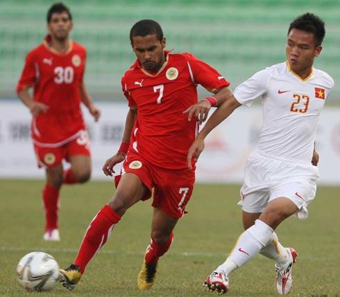 Thành Trung (phải) giúp U23 Việt Nam có thế trận thuận lợi sau bàn mở tỷ số ở phút 33. Ảnh: H.T.