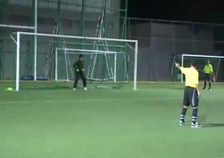 Thủ môn đẩy được cú sút nhưng không ngăn được bóng vào lưới do chủ quan.