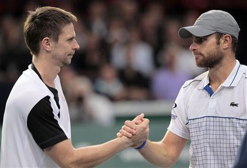 Robin Soderling tiễn Andy Roddick khỏi giải. Ảnh: AFP.