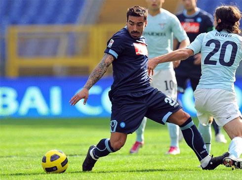 Lavezzi không thể một mình đưa Napoli thăng tiến, khi thiếu sự hỗ trợ cần thiết từ đồng đội. Ảnh: AFP.