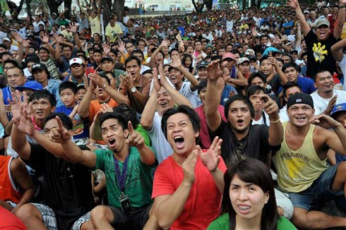 Người dân ở Manila, thủ đô Philippines, mừng chiến thắng của Manny Pacquiao. Ảnh: AFP.