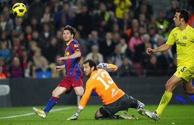 Messi dứt điểm nâng tỷ số lên 2-1 trong trận đấu.