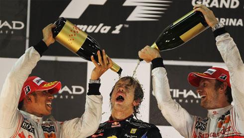 Vettel (giữa) ngây ngất với vinh quang.