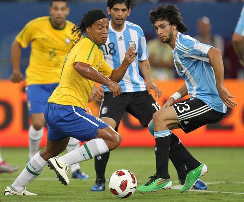Ronaldinho (trái) để lại ấn tượng tích cực trong ngày tái xuất ở tuyển Brazil. Ảnh: AFP.