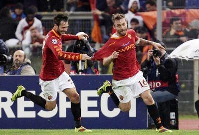 De Rossi (bên phải) sau bàn gỡ hòa 2-2 cho Roma.