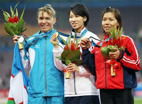 Vũ Thị Hương khi nhận HC đồng chạy 100 m, sau đó cô còn giành HC bạc chạy 200 m. Ảnh: T.H.