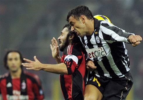 Juventus (áo trắng đen) đạt thành tích khả quan ngoài mong đợi ở giai đoạn đầu mùa này.
