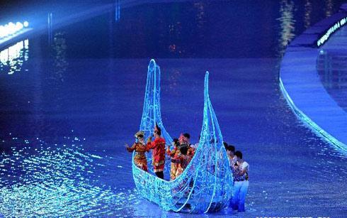 Biểu diễn ca múa nhạc trên mô hình thuyền.