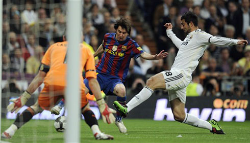 Với Mourinho trên băng ghế chỉ đạo, liệu Real có cản được Messi ghi bàn trên sân Nou Camp ngày 29/11 này?. Ảnh: AFP.