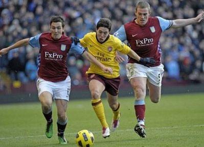 Đội chủ nhà (áo nâu) đã chơi tốt hơn trong hiệp hai, nhưng chưa đủ để khiến Arsenal quỵ ngã.