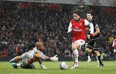 Arsenal (áo đỏ trắng) đang quyết tâm giải cơn khát danh hiệu.