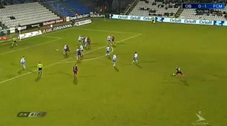 Thygesen chuẩn bị tung cú sút ghi bàn vào lưới Odense.