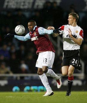 Hàng thủ MU (áo trắng) khổ sở vì Obinna - cầu thủ đã để lại dấu giày trong cả bốn bàn thắng của West Ham.