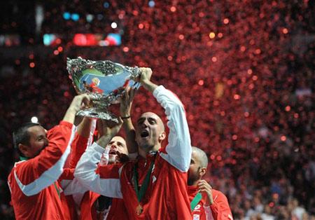 Đội Serbia phấn khích đón Cup. Ảnh: AFP.