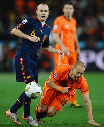 Sneijder (phải) và Iniesta nằm trong số các ứng viên nặng ký nhất cho danh hiệu Quả bóng vàng FIFA 2010.