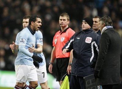 Giây phút nóng giận của Tevez.