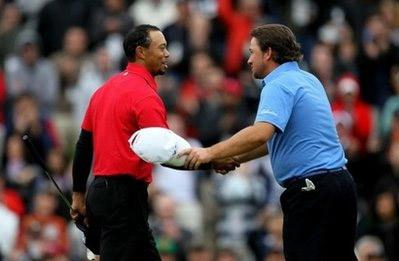 Woods (trái) chúc mừng đối thủ McDowell