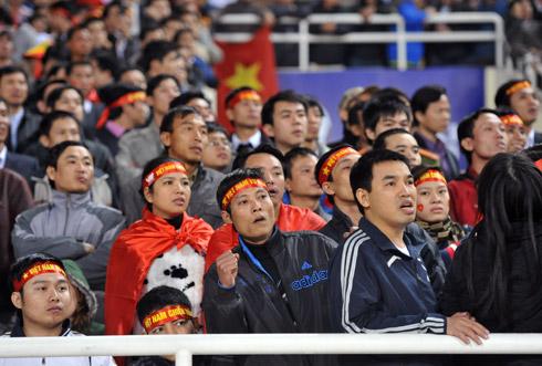 Người hâm mộ đã trải qua nhiều cung bậc cảm xúc khi chứng kiến đội nhà giành thắng lợi nghẹt thở trước Singapore. Ảnh: Hoàng Hà.