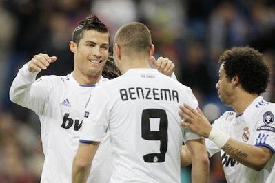 Đồng đội chúc mừng Benzema trong ngày thi đấu bùng nổ.