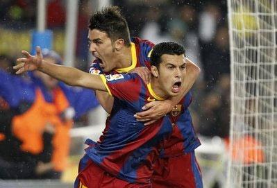 Villa (phía sau) và Pedro sau pha phối hợp ghi bàn vào lưới Real Madrid ở vòng 13.