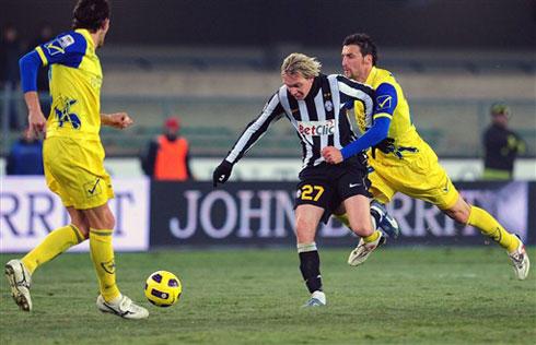 Để Chievo (áo vàng) giật lại một điểm là kết quả rất đáng tiếc cho Juventus. Ảnh: AFP.