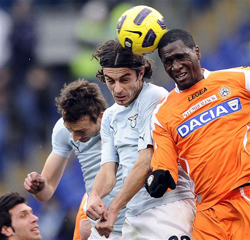 Tương tự Napoli, Lazio cũng rất chật vật mới giành được 3 điểm trước Udinese (áo vàng). Ảnh: AFP.