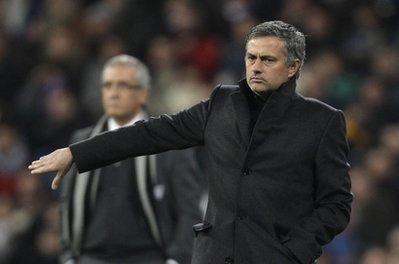 Mourinho lộ vẻ không hài lòng bên cạnh HLV Manzano của Sevilla.