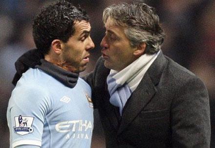Tevez (xanh) cho rằng có nhiều bất đồng không thể hàn gắn với lãnh đạo Man City.