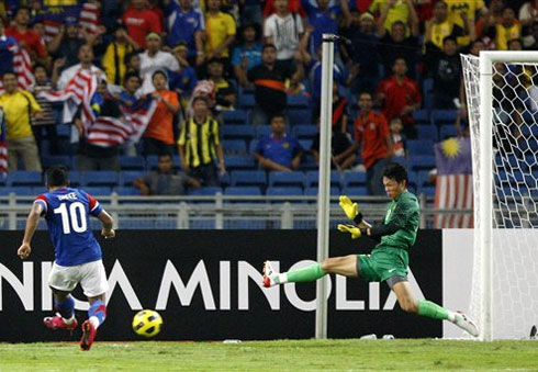 Thủ môn Tấn Trường (phải) được cho là mất tập trung vì bị chiếu đền laser khi để thủng lưới 2 bàn trên sân Bukit Jalil. Ảnh: Dailyme.