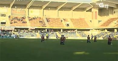 Các cầu thủ Pontevedra quỳ trên sân.