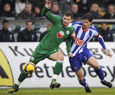 Man City theo đuổi ròng rã một năm rưỡi mới có thể tuyển mộ thành công Dzeko (áo xanh). Ảnh: AFP.
