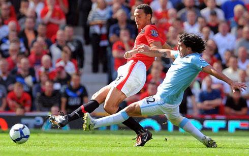 Sự hiện diện của Dzeko được kỳ vọng sẽ giúp Man City tiến một bước dài trên đường đua tới ngôi vô địch Ngoại hạng Anh mùa này với MU. Ảnh: AFP.