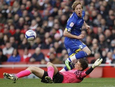 Leeds suýt có chiến thắng sốc trên sân của Arsenal.