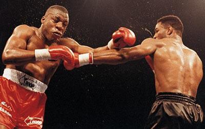 Mason (trái) trong trận đánh với Lewis.