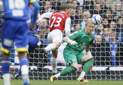 Thủ thành Schmeichel đã khiến các chân sút của Arsenal nản lòng.