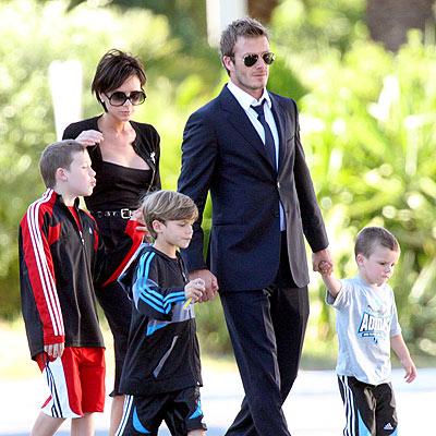 Đôi vợ chồng nổi tiếng và ba cậu con trai. Ảnh: victoriabeckham.