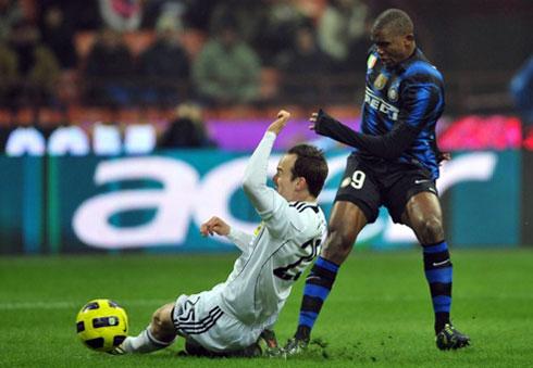 Cesena (áo trắng) chơi không tồi, nhưng vẫn chưa đủ lực để kiếm điểm trước Inter. Ảnh: AFP.