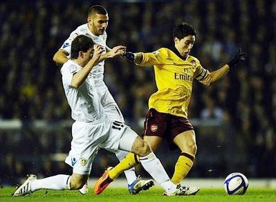 Arsenal (áo vàng) đã không để bất ngờ xảy ra như trận đấu chính thức trên sân Emirates.
