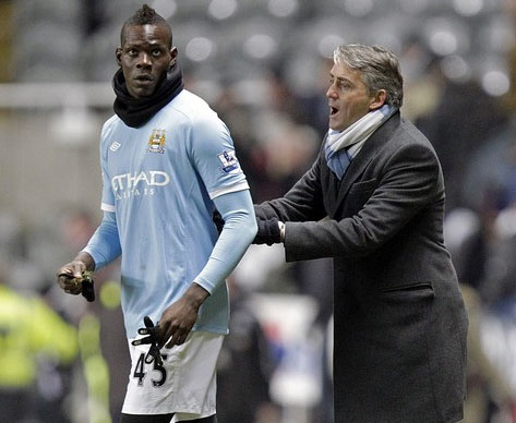 Chấn thương đầu gối dai dẳng khiến Balotelli (áo xanh) chưa thể đóng góp nhiều cho Man City. Ảnh: AFP.