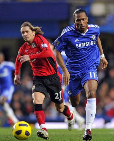 Drogba (áo xanh) muốn Chelsea tập trung giải quyết từng trận đấu một để dứt khỏi cuộc khủng hoảng đeo bám đội gần đây. Ảnh: AFP.